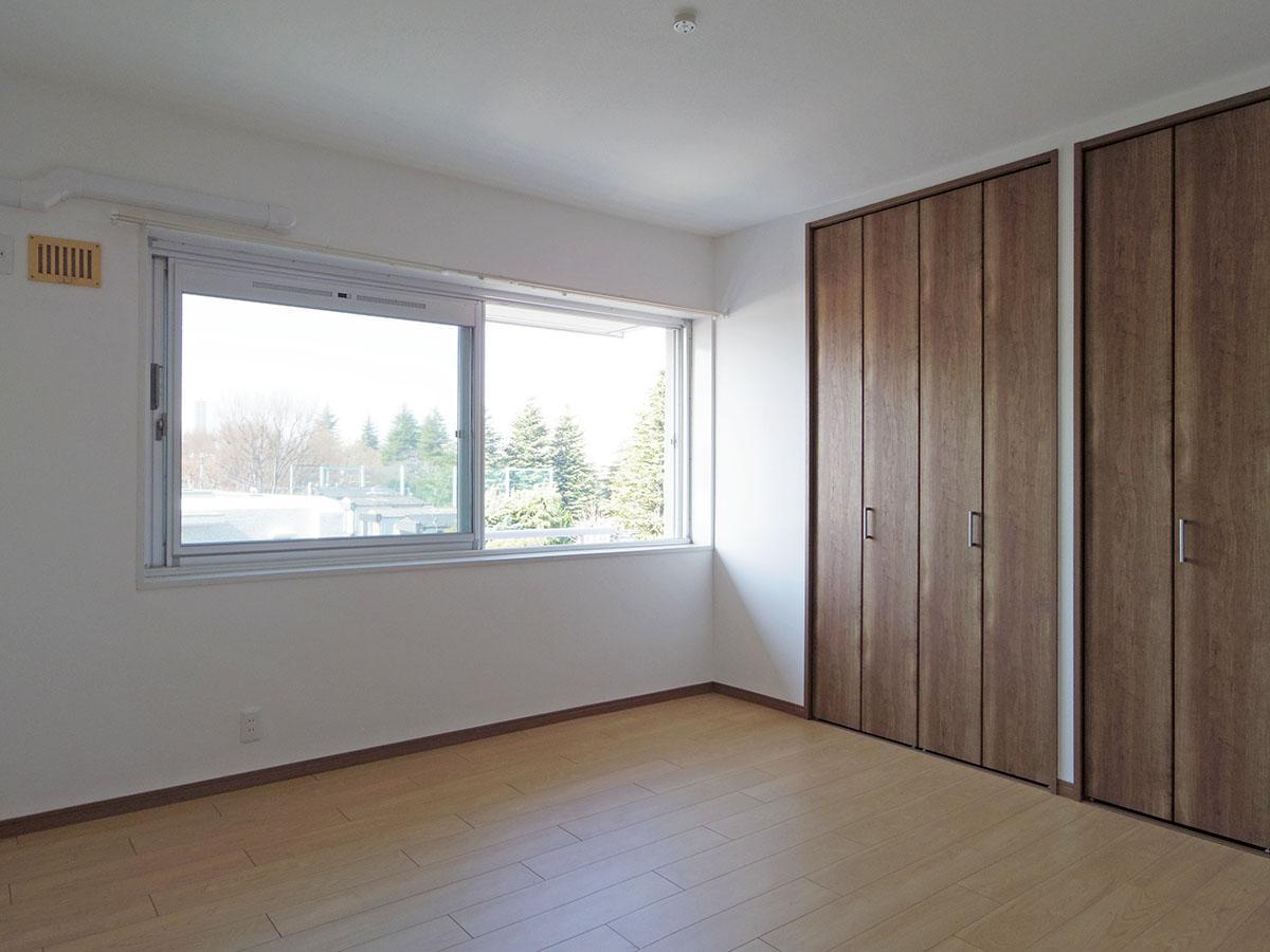 9畳の洋室。この部屋からも公園が見えて、自然と緑を感じます
