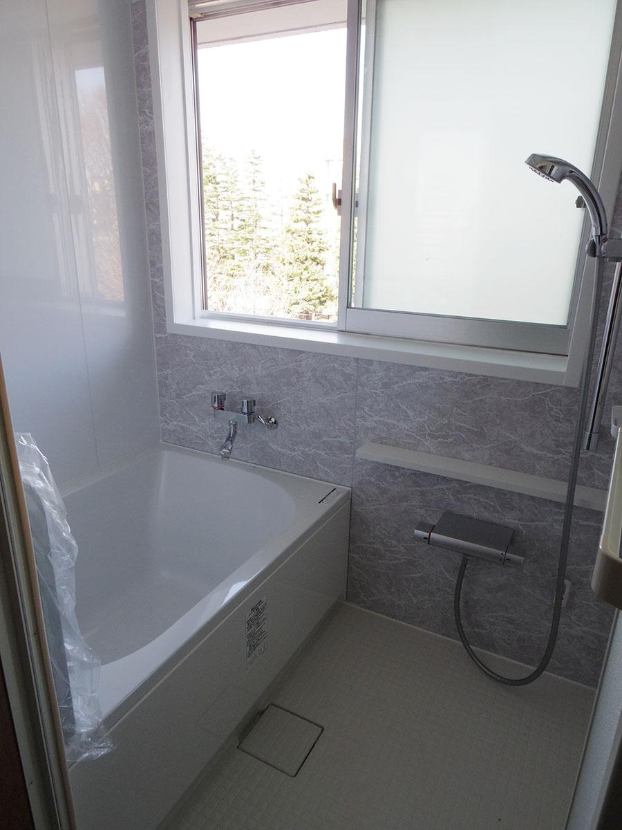 風呂は窓付き!目の前に建物がないので窓を開けても気になりません
