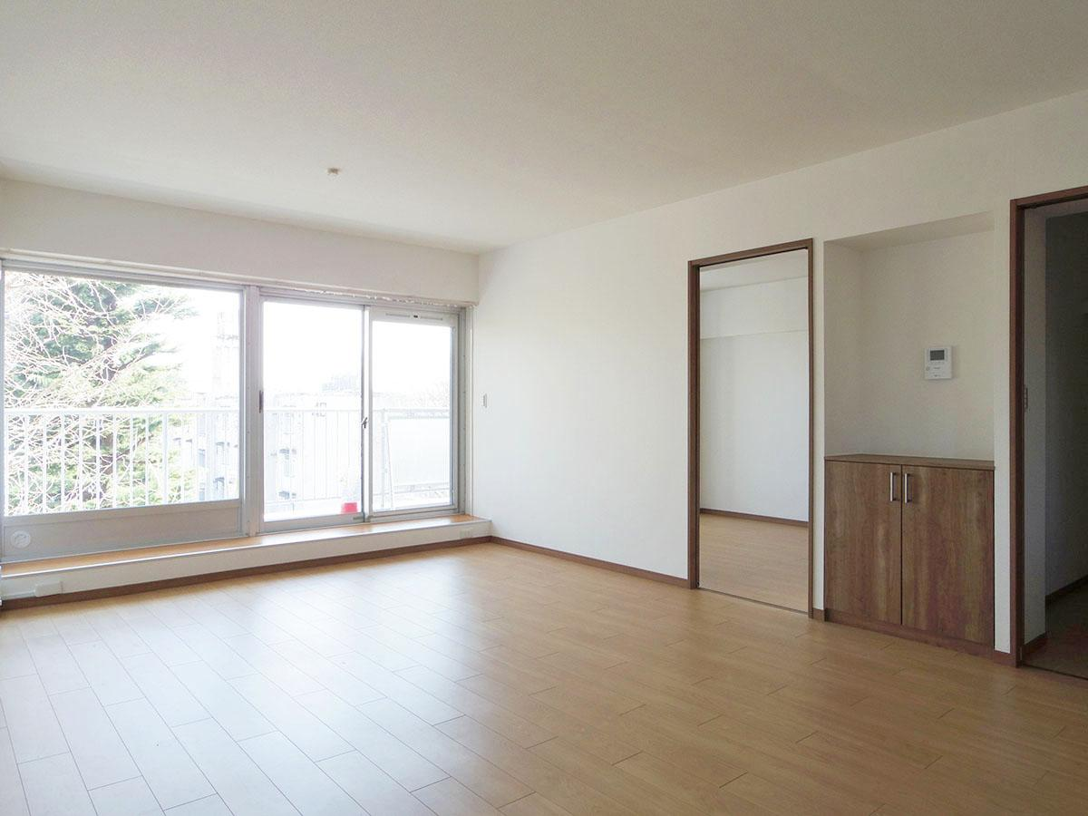 内装はこのままでも充分住めそうなのですが、床材を変えたり、リビングと洋室の間仕切りを取りはらって、もっと広いリビングにしたくなります