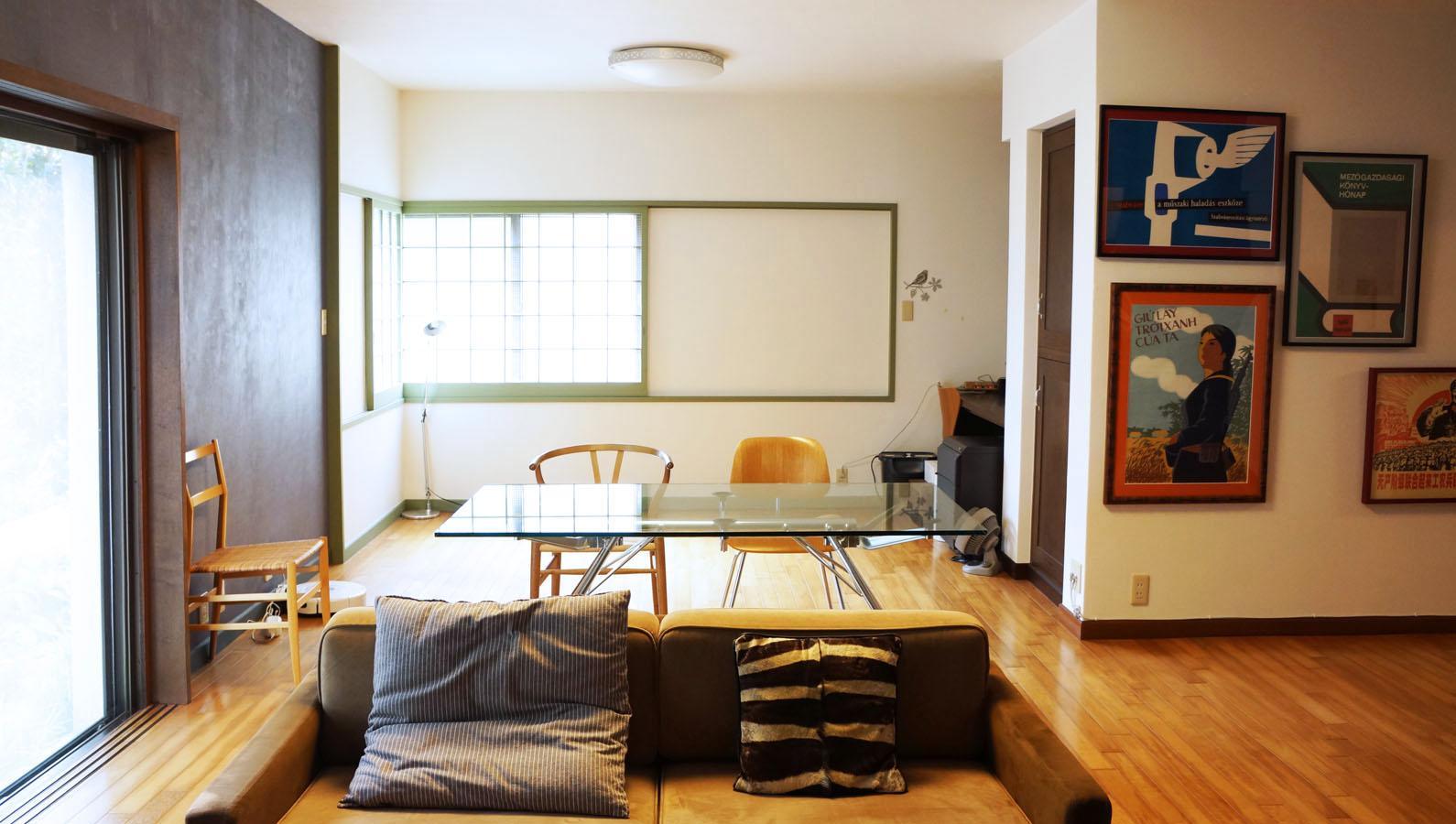 奥は竣工当時に和室でしたが、改修によって一つの空間になっています。奥の右隅には作業スペース