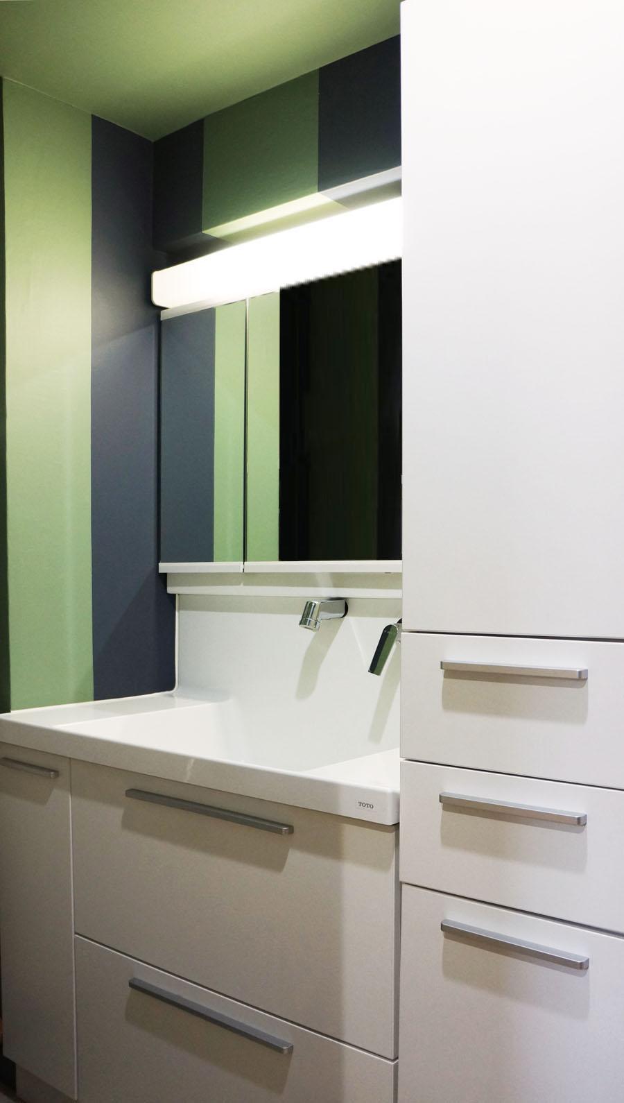 すっきりとしていて機能的な洗面台