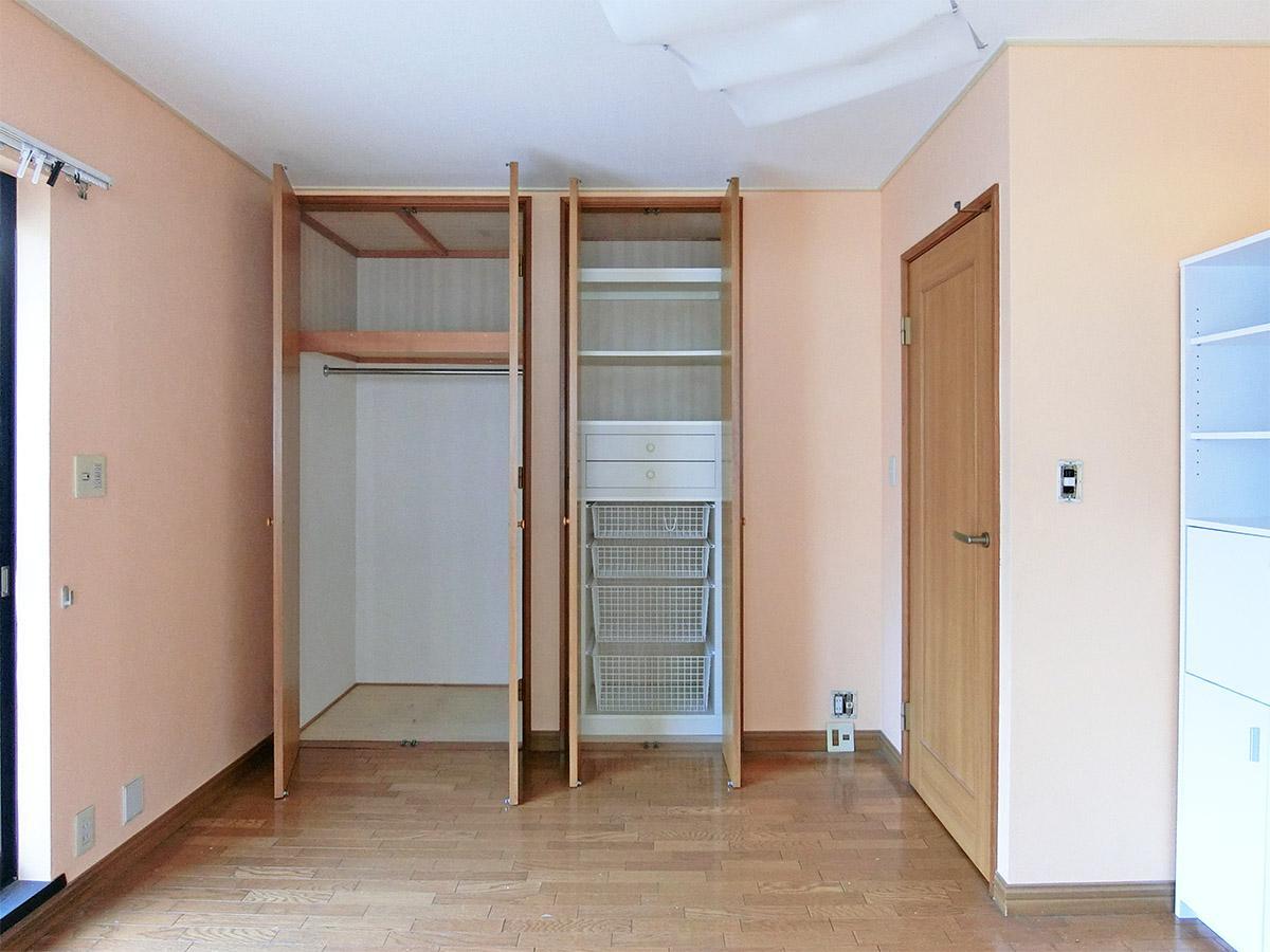 2階のルーフバルコニーに面した洋室