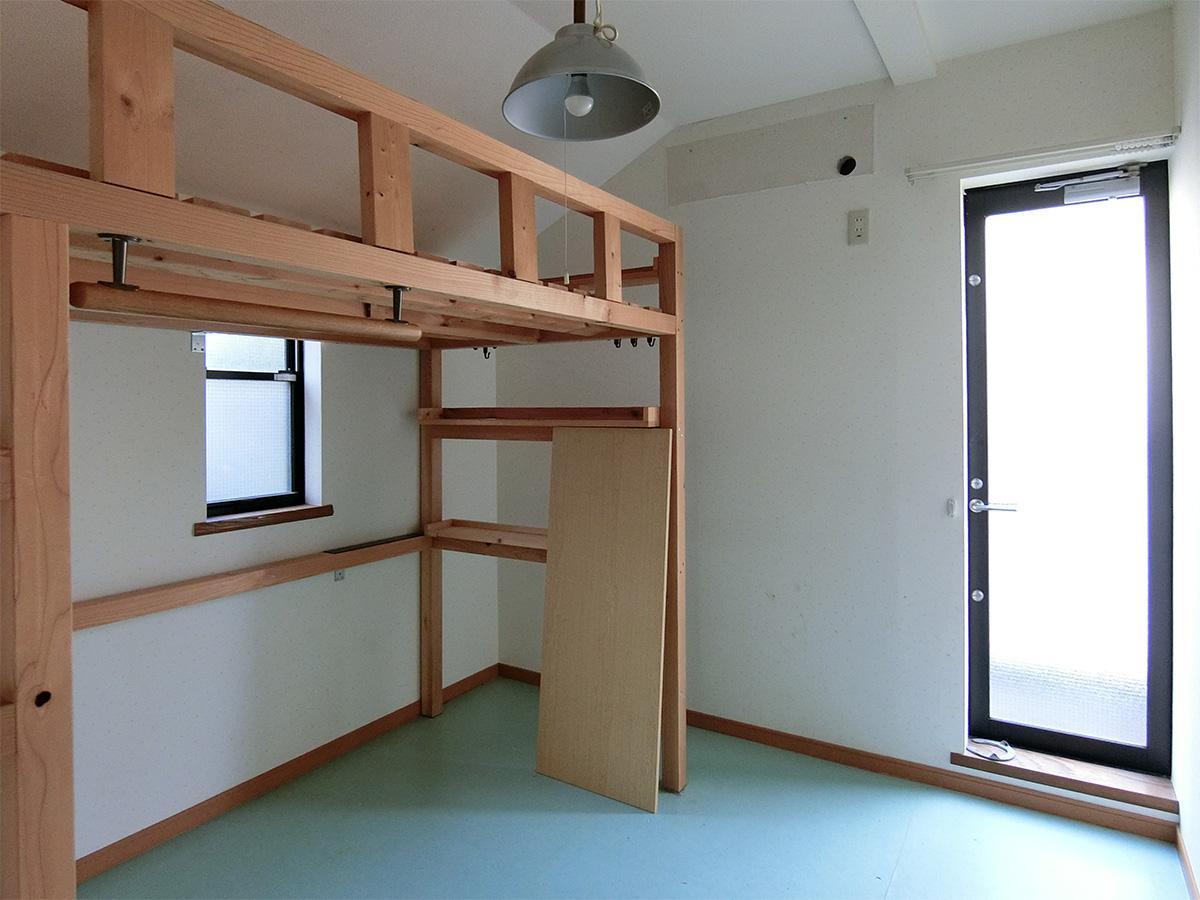 2階東側の洋室:一部勾配のため、室内が狭く感じます