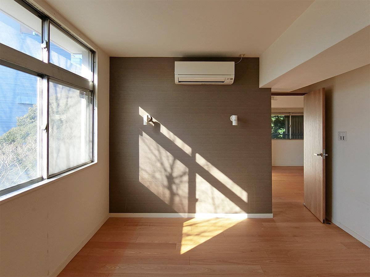 約8.7帖の洋室。右側の扉は11.8帖の洋室に繋がっている