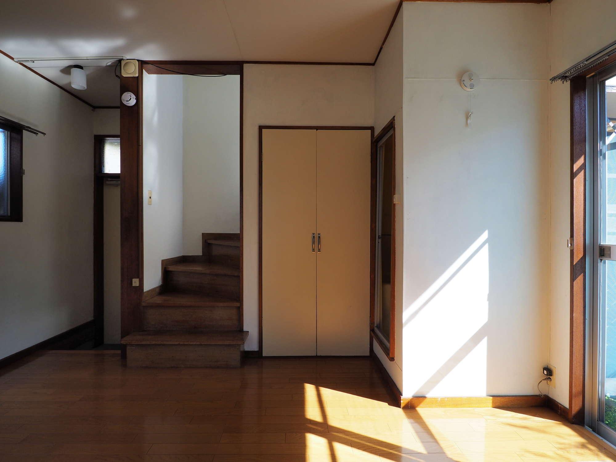 左手に玄関