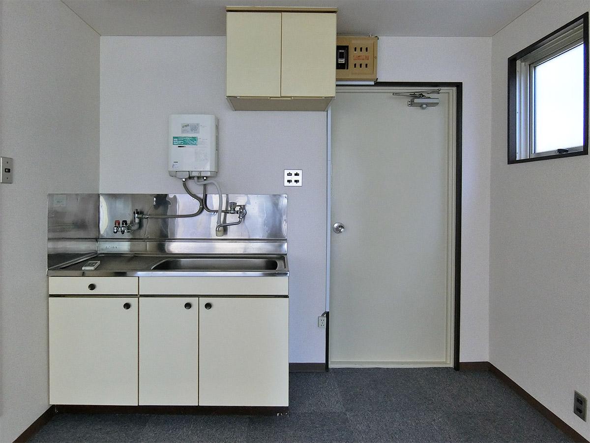 ミニキッチン。右側の扉が玄関