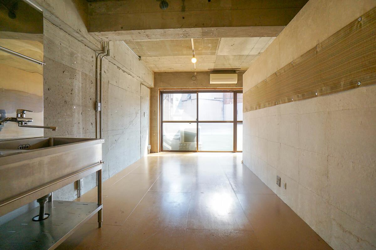 リビングと水回り、寝室スペースを分ける壁には和紙が貼られ、不思議な一体感と落ち着きがある