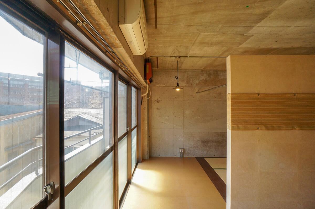窓際は壁がなく、寝室部分とゆるやかに仕切られている