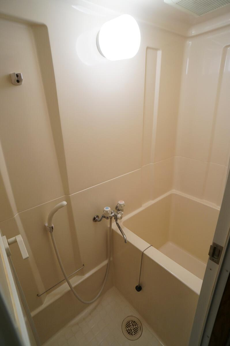 浴室はせまめ