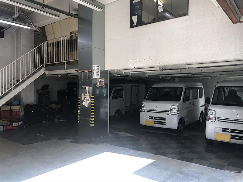 室内へそのまま車を乗り入れ可能。中2階の撤去も相談です