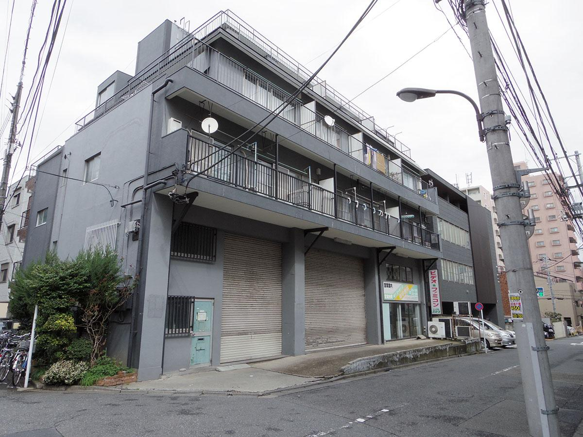 前面道路の車通りや人通りは少なめ。上の階は住居で普通に洗濯物が干されたりしているので、店舗利用の場合は少し気になるかも