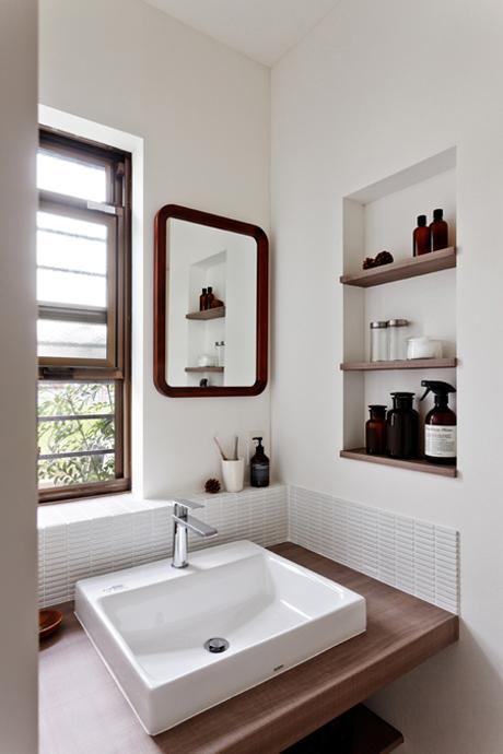 造作のシンプルな洗面台。棚板には古材が使用されいています