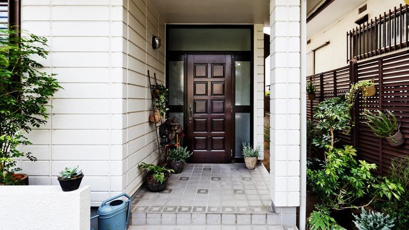 玄関の木製ドアは、当時のものを生かしつつ再塗装しています