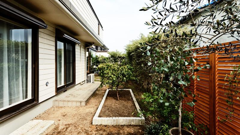 緑が溢れる広い庭、隣地は一段下がっているため日当たりも良い