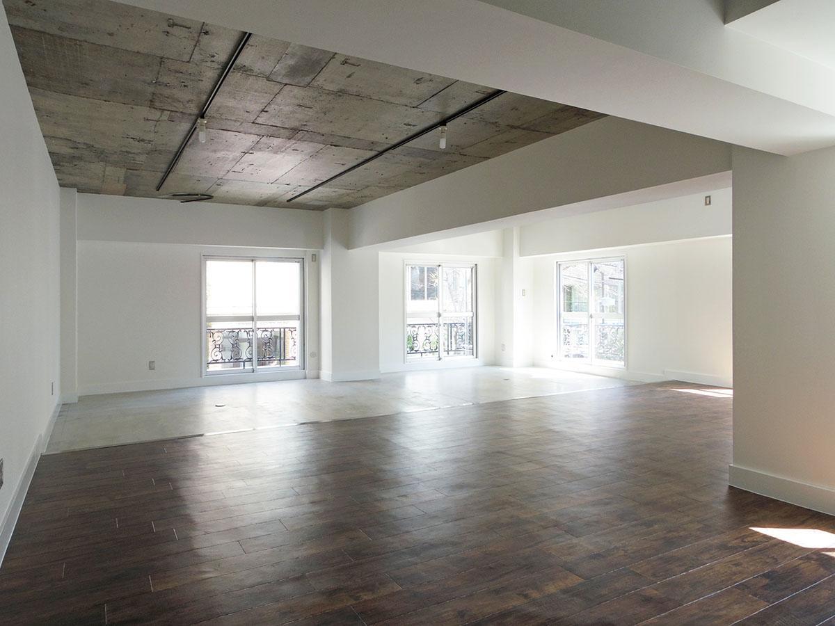 天井はコンクリートむき出し、壁面と梁は塗装仕上げ