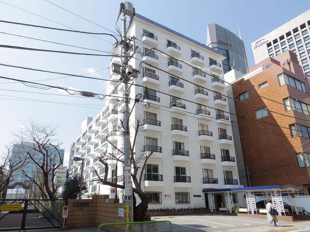 外苑前駅のすぐ近くに立つ、レトロマンション。部屋は2階の角部屋です