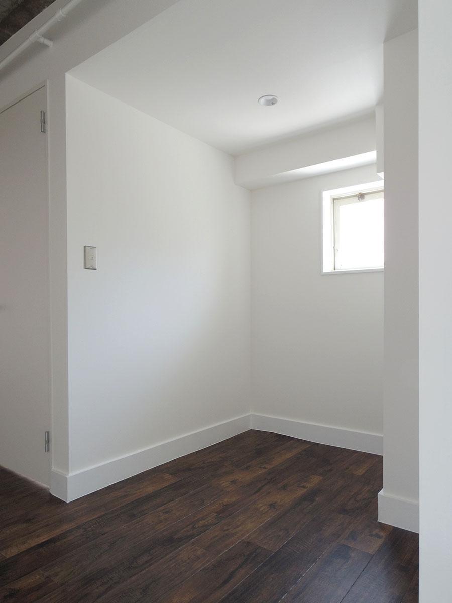西側の部屋の手前のスペース。コピー機を置いたり、書類を置いたりするのにちょうど良さそう