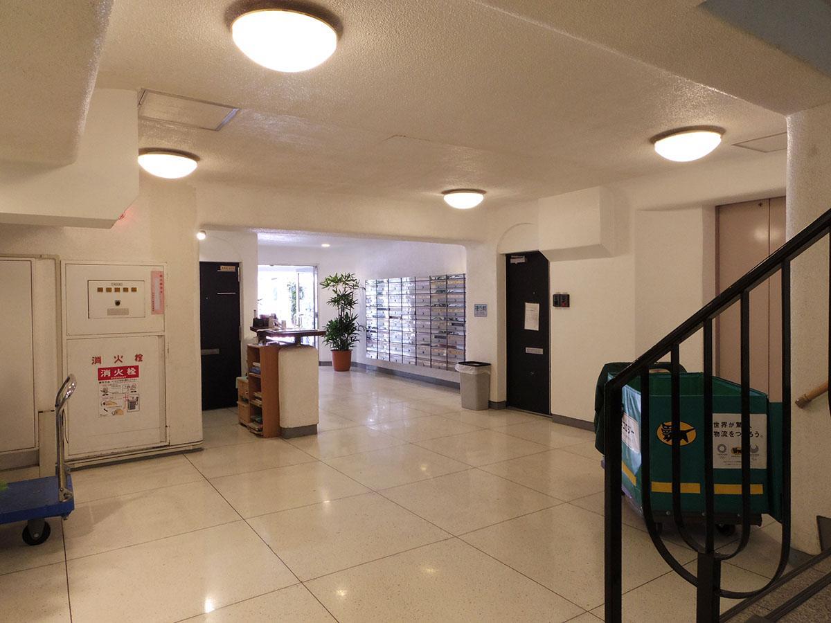 清潔なエントランス。立地柄、事務所として使われている部屋も多いです