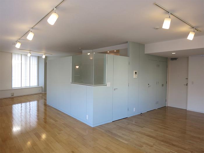 室内の中心に水回りがまとめられています。キッチンは視線を遮りつつ空間はつながっています