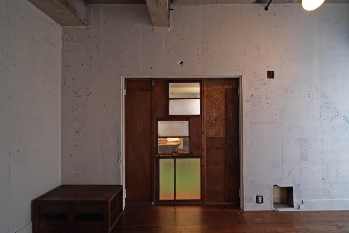 古材をリユースされたパッチワーク状のドアがいい雰囲気