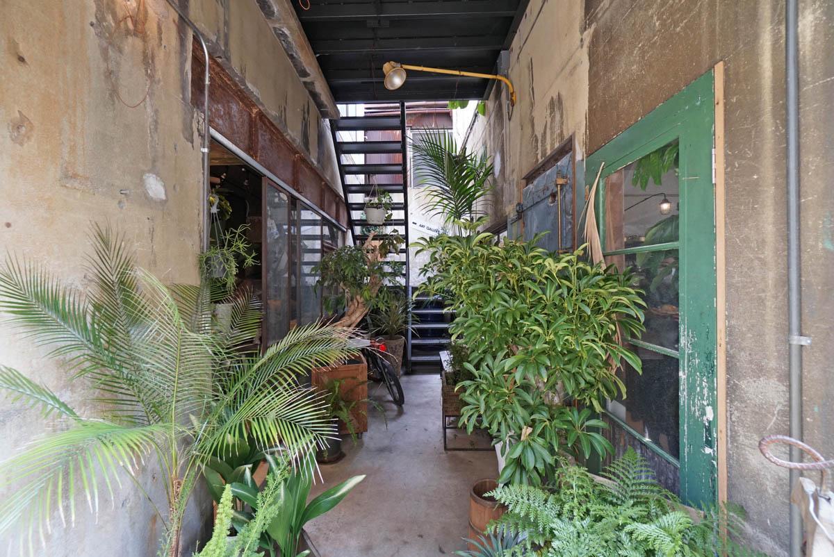 向かいのビルのカフェの入口