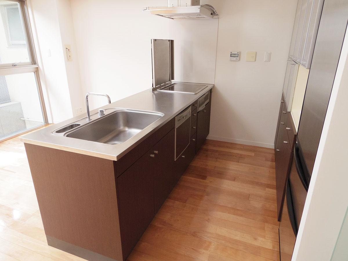 ゆとりあるキッチン。背面は一面収納です