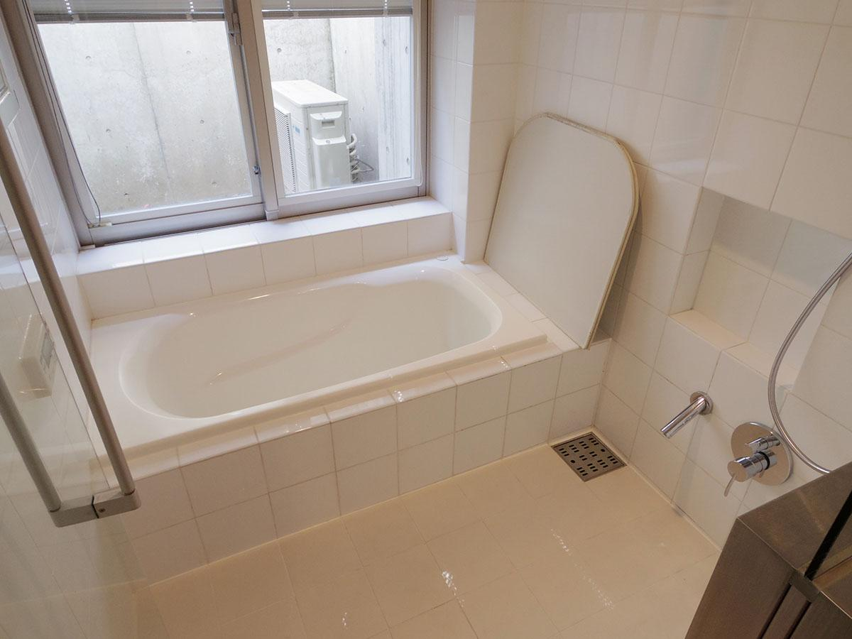風呂は大きな窓によって開放的