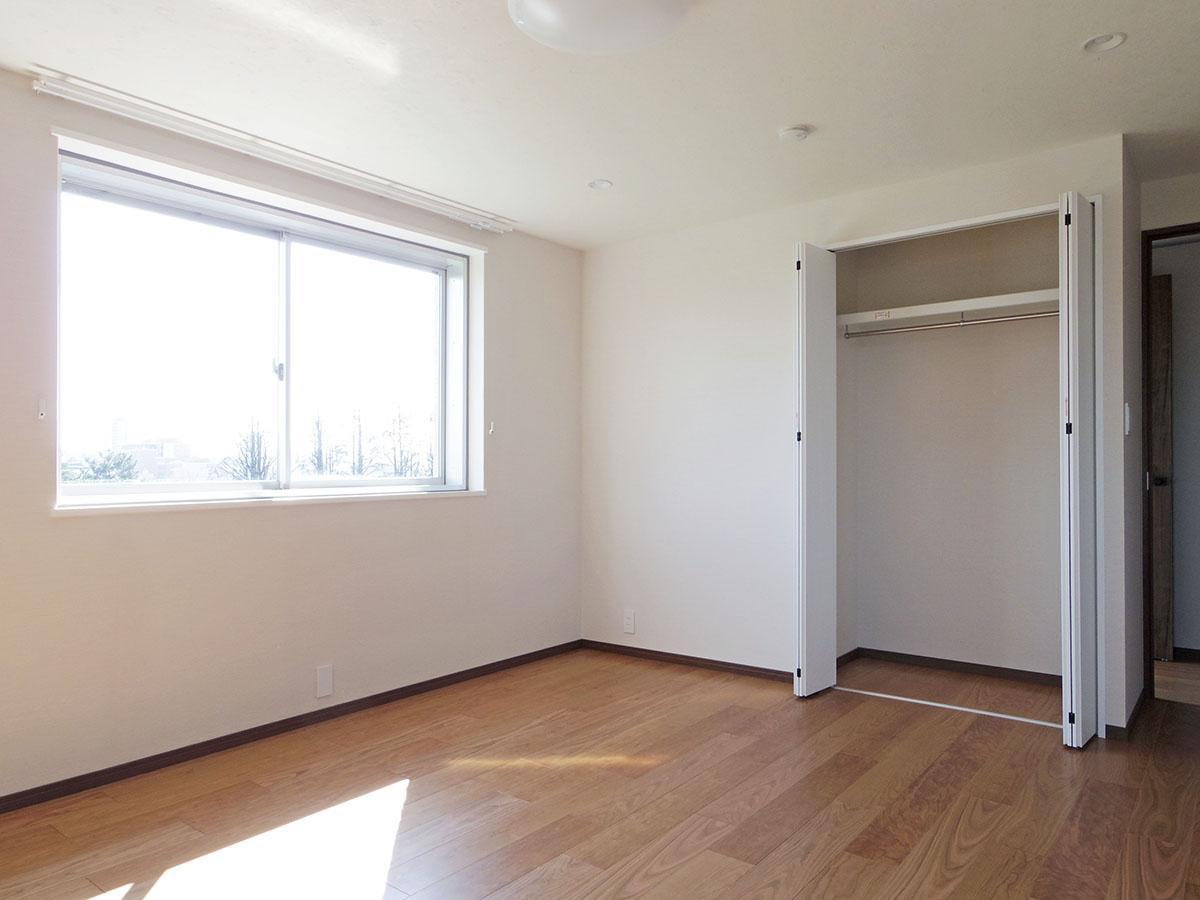 8.9畳の洋室。東向きの窓から気持ちいい朝日が入ることでしょう
