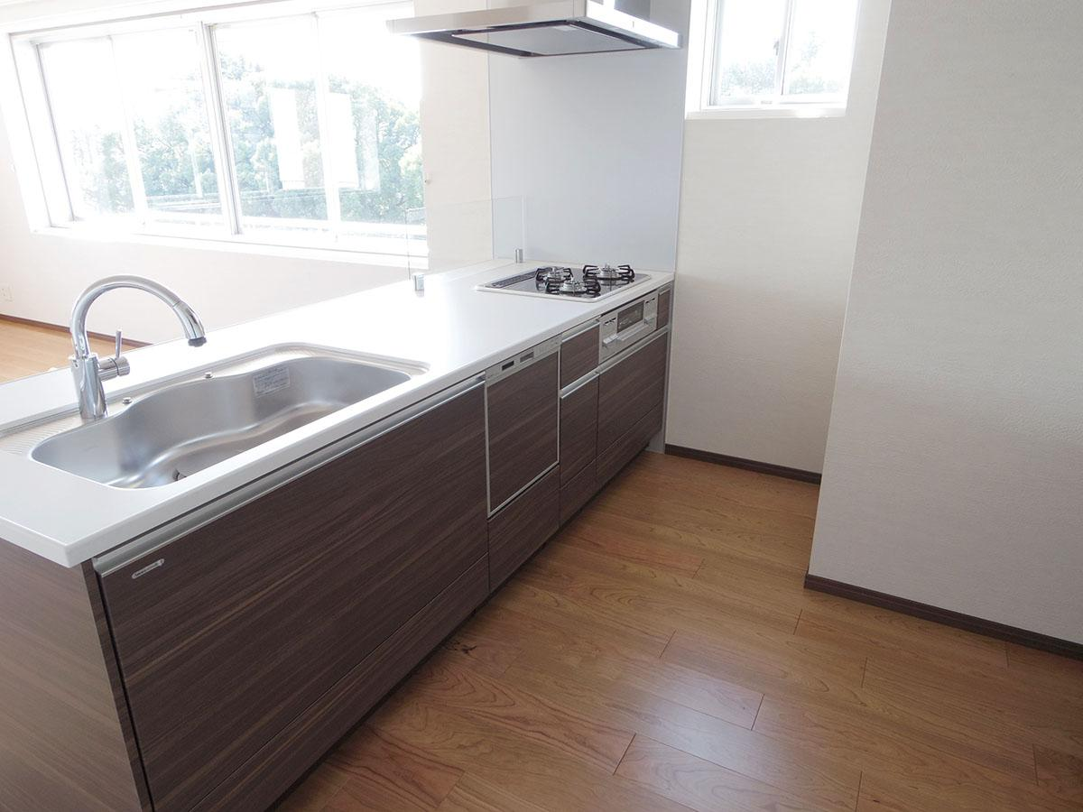 ワイドなキッチン。食器洗浄機付きで後片付けも楽々