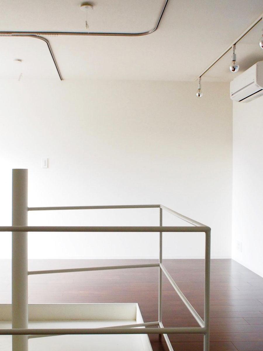 らせん階段を挟んで、反対側のスペースとの距離感がちょうど良い