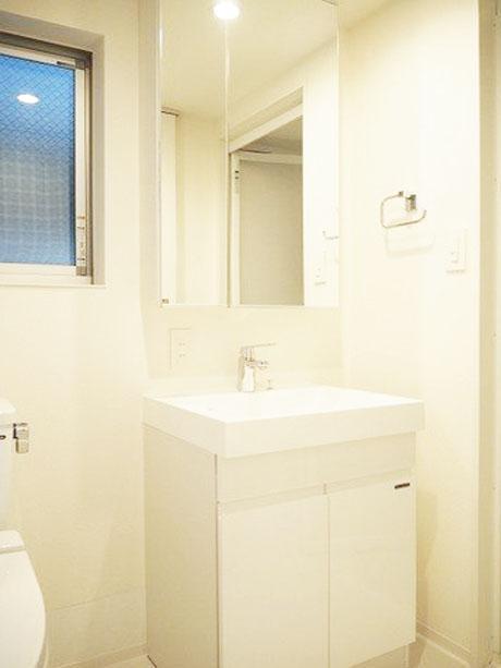 窓付で清潔感ある洗面室