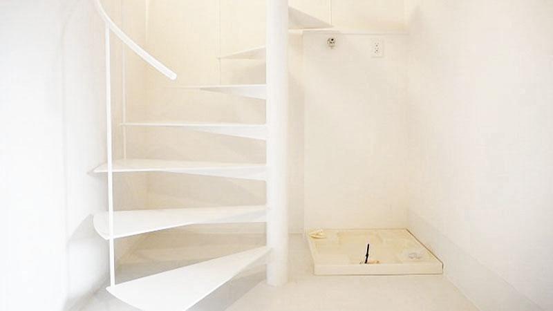 部屋に入ると、まずらせん階段に目がいきます