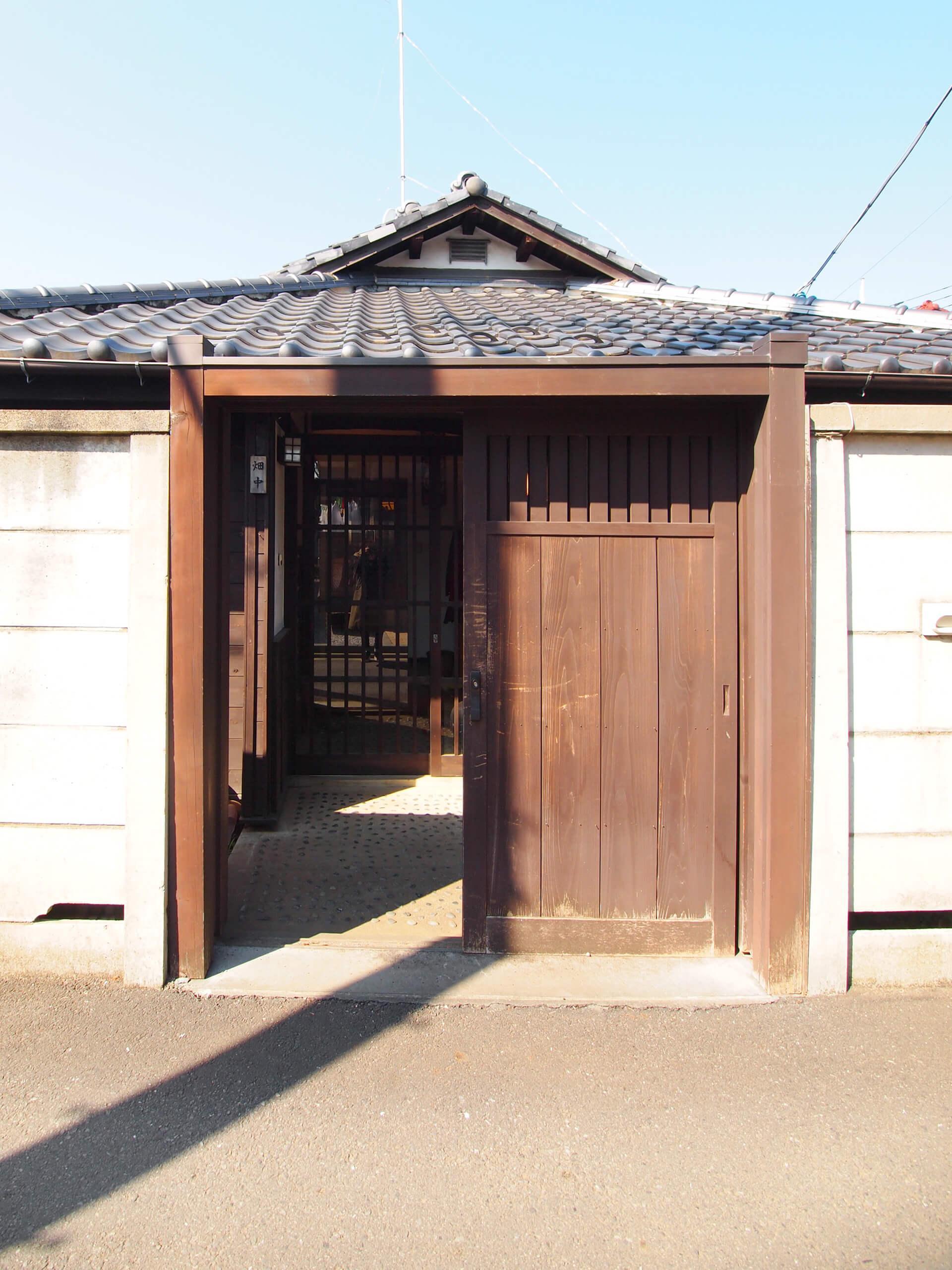 【玄関】渋い木戸を開けて敷地に入る