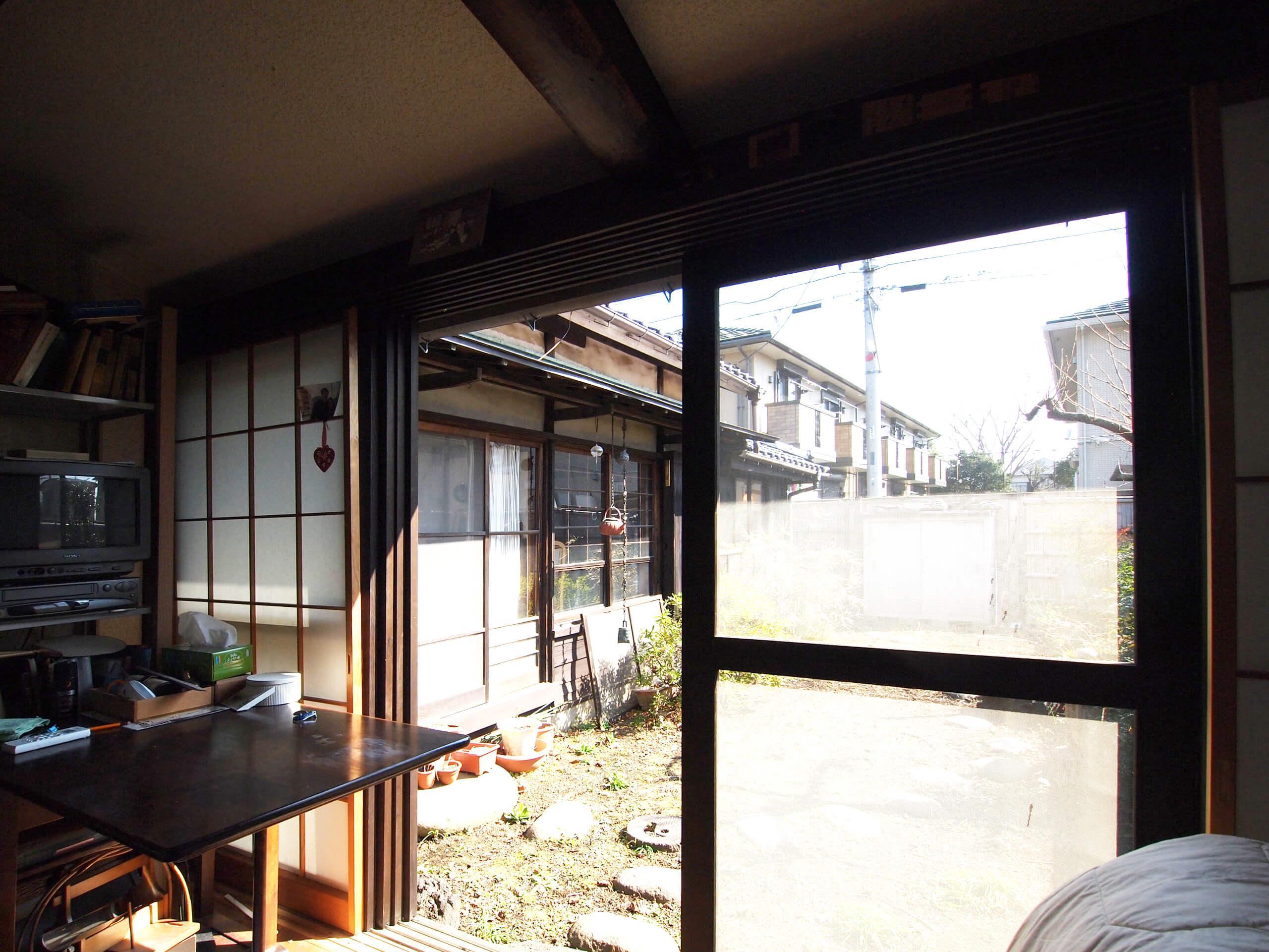 【洋室2】掃き出しの窓から庭に出られる