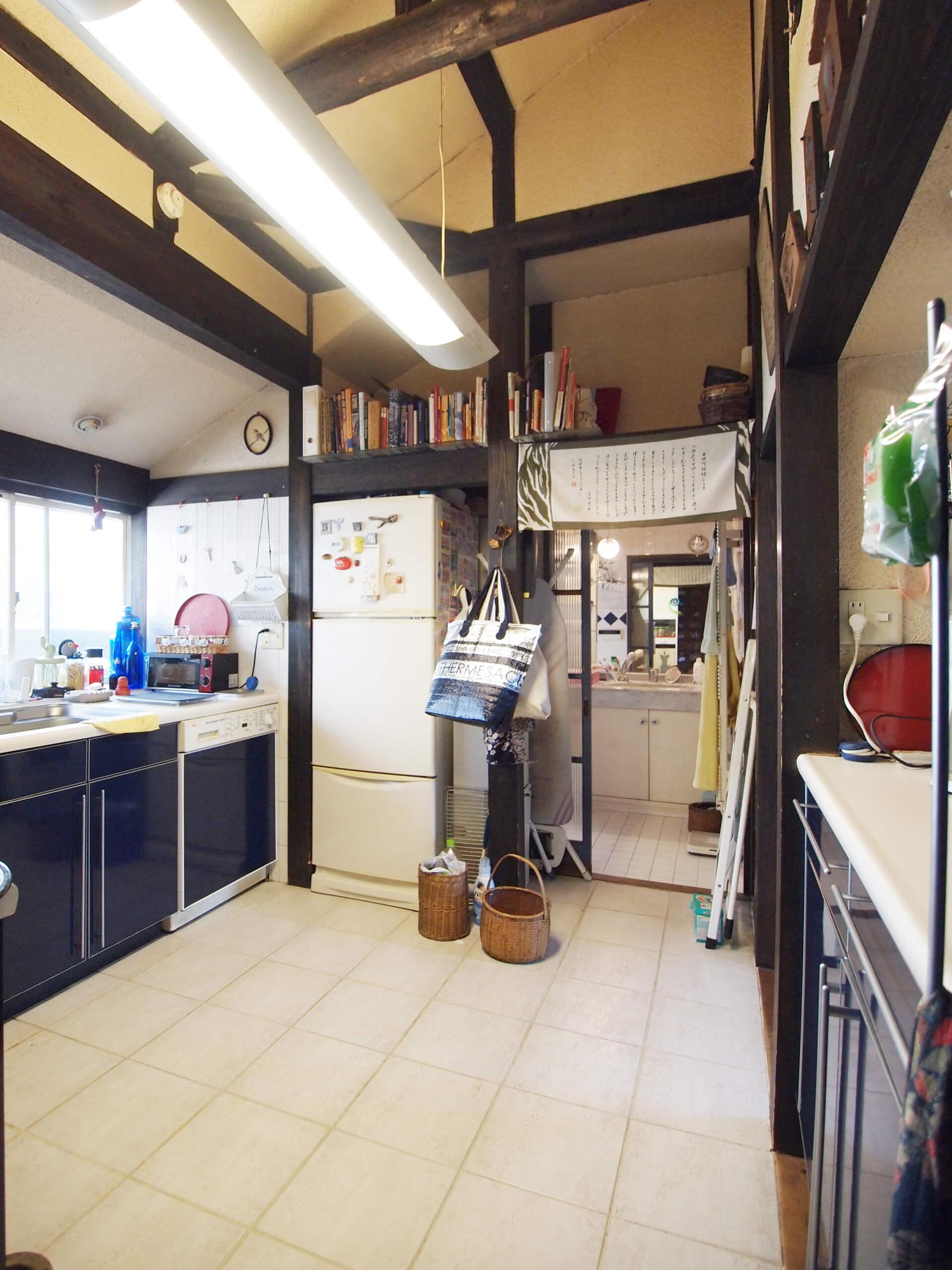 【キッチン】床がタイル貼りのキッチンスペース。天井が高く気持ちいい。床暖房付