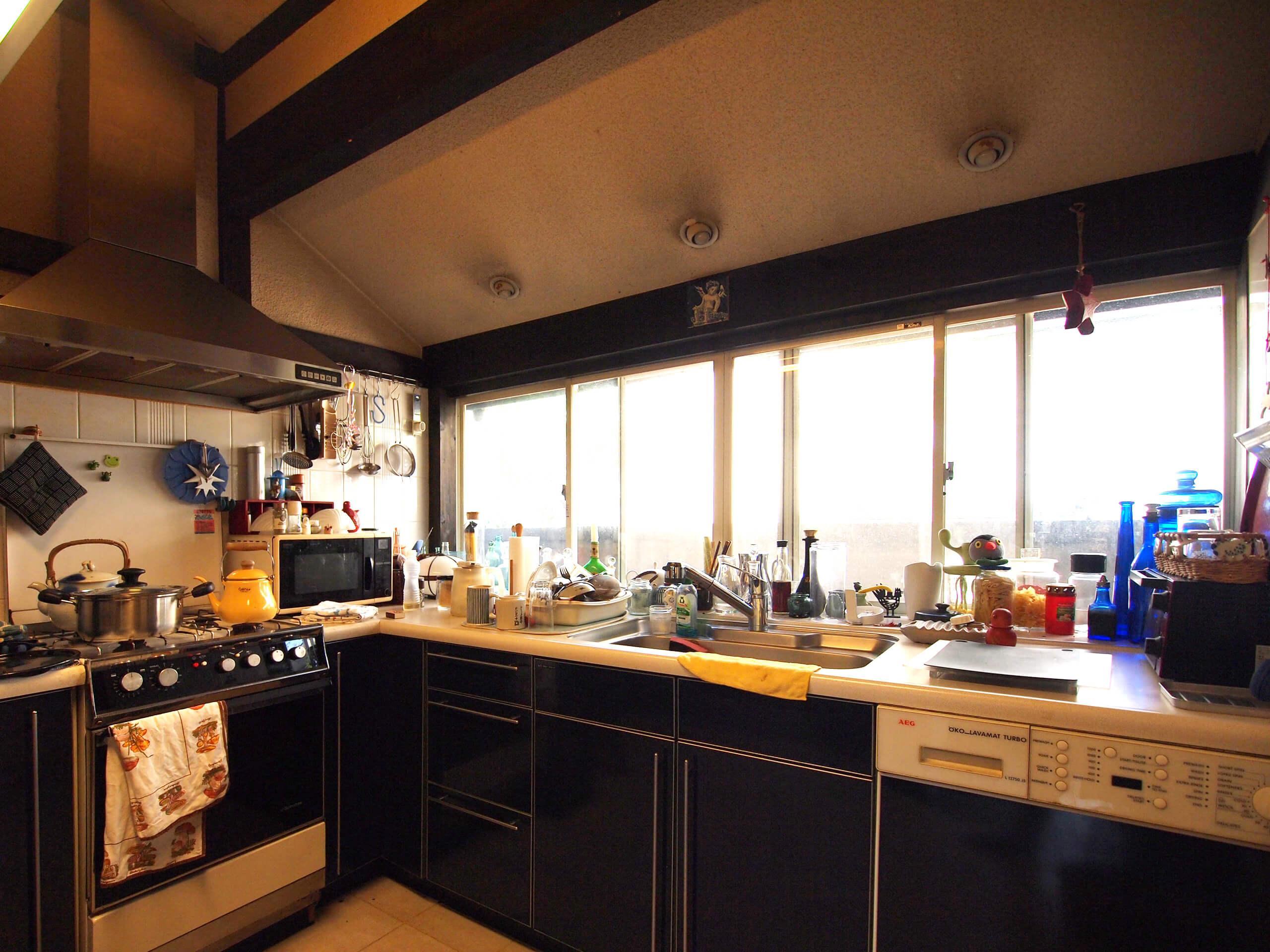 【キッチン】キッチン台に洗濯機が設置されたアメリカンスタイル