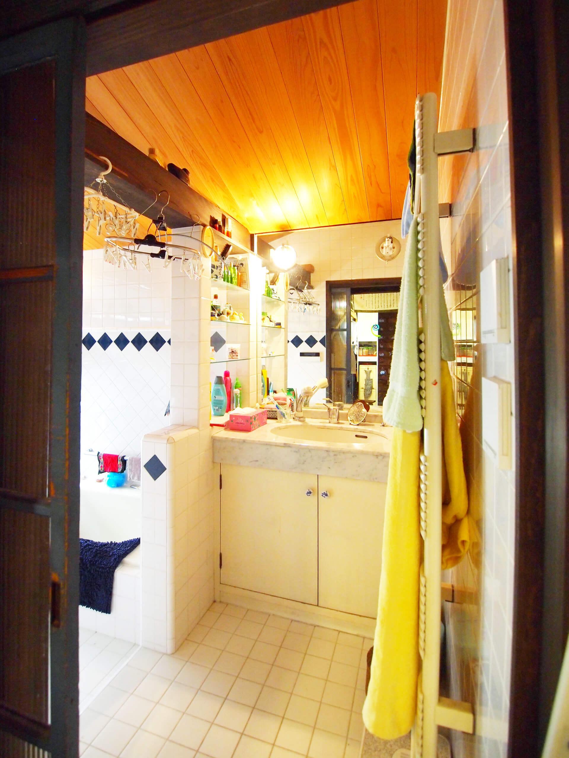 【洗面】浴室と連なった空間。ここにも床暖房付