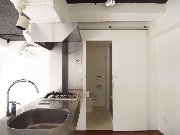 キッチン。その奥にトイレとシャワールーム