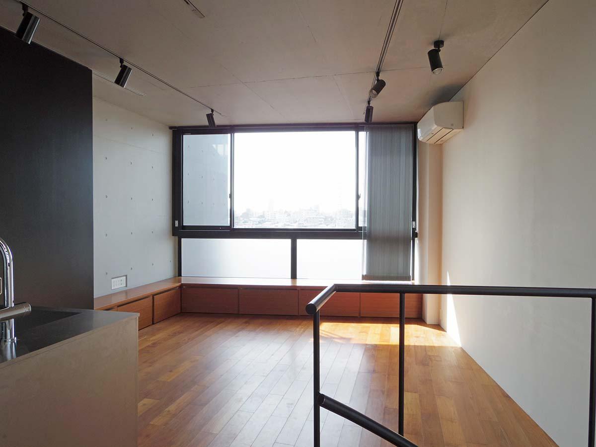 リビングの窓は大きく、日当たりの良さを感じられるように窓際にはベンチが付いています
