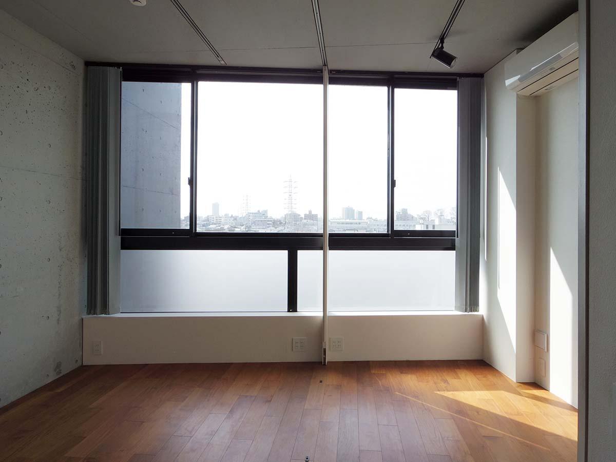 2階の約8畳の洋室。間仕切りを閉じて2部屋に分けることも可能です
