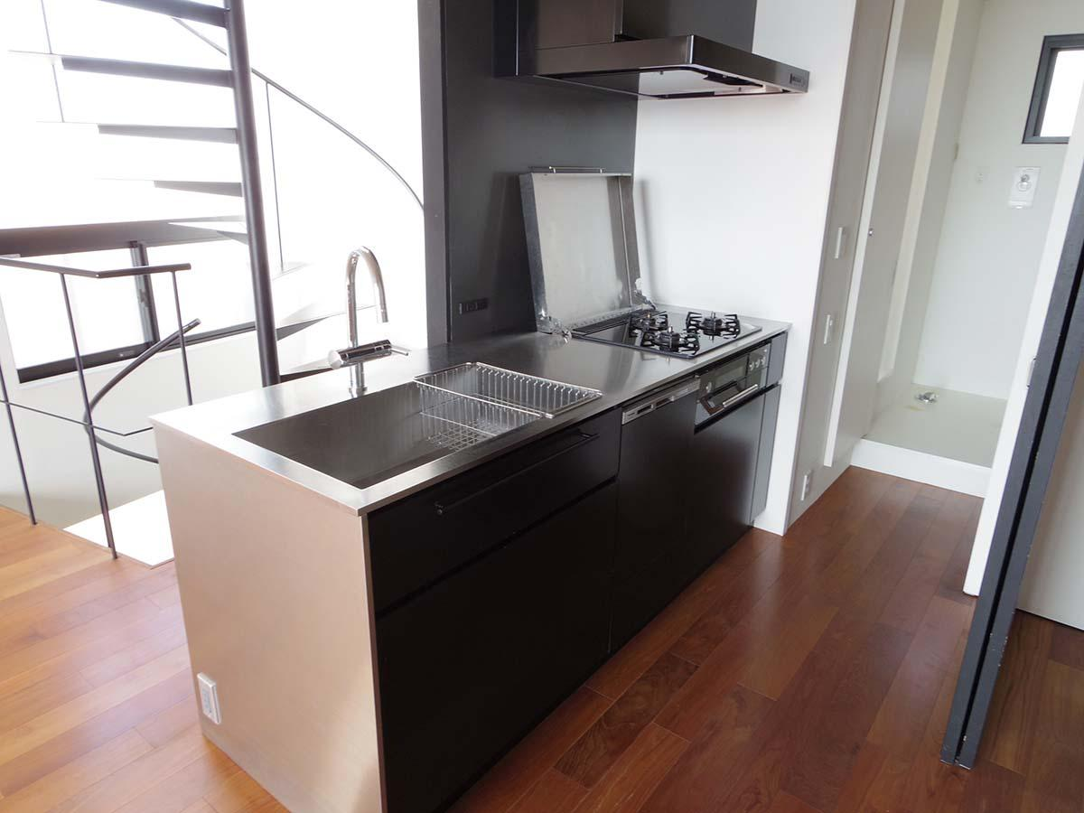 キッチンは食器洗浄機つき。水栓はドイツのブランド「グローエ」のもの