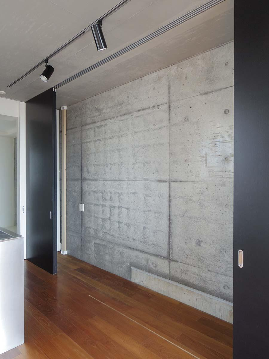 キッチン背面には大容量の収納スペース。好きな棚を設置してお使いいただければ。戸を閉めて隠すことも可能