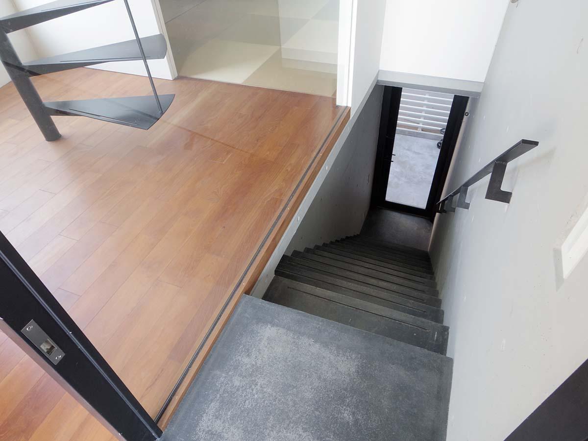 1階の入り口から階段を上って玄関です