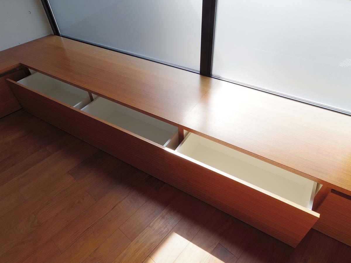 窓際のベンチ下は収納になっています