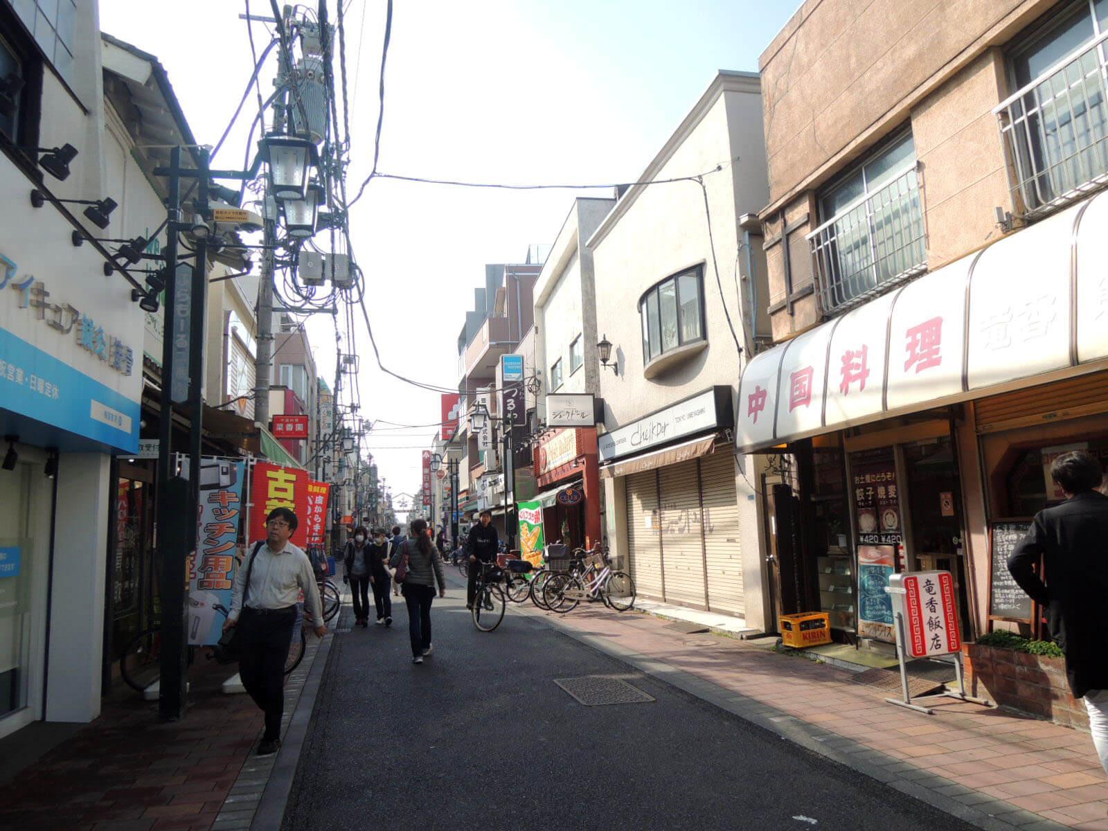 歩いてすぐの場所には、懐かしさが残る商店街も健在。