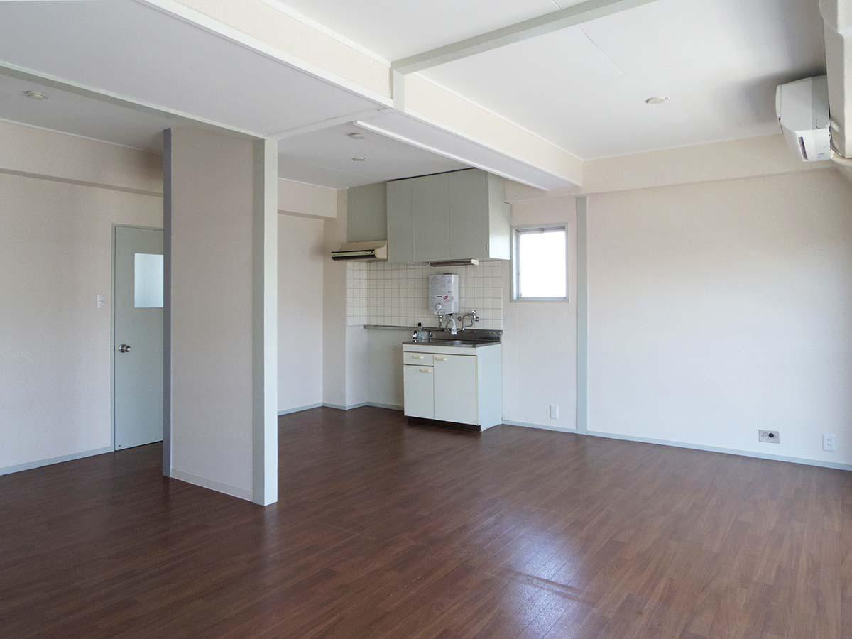 キッチンを隠したい場合は、置き型のパーテーションを用意すると良いかも