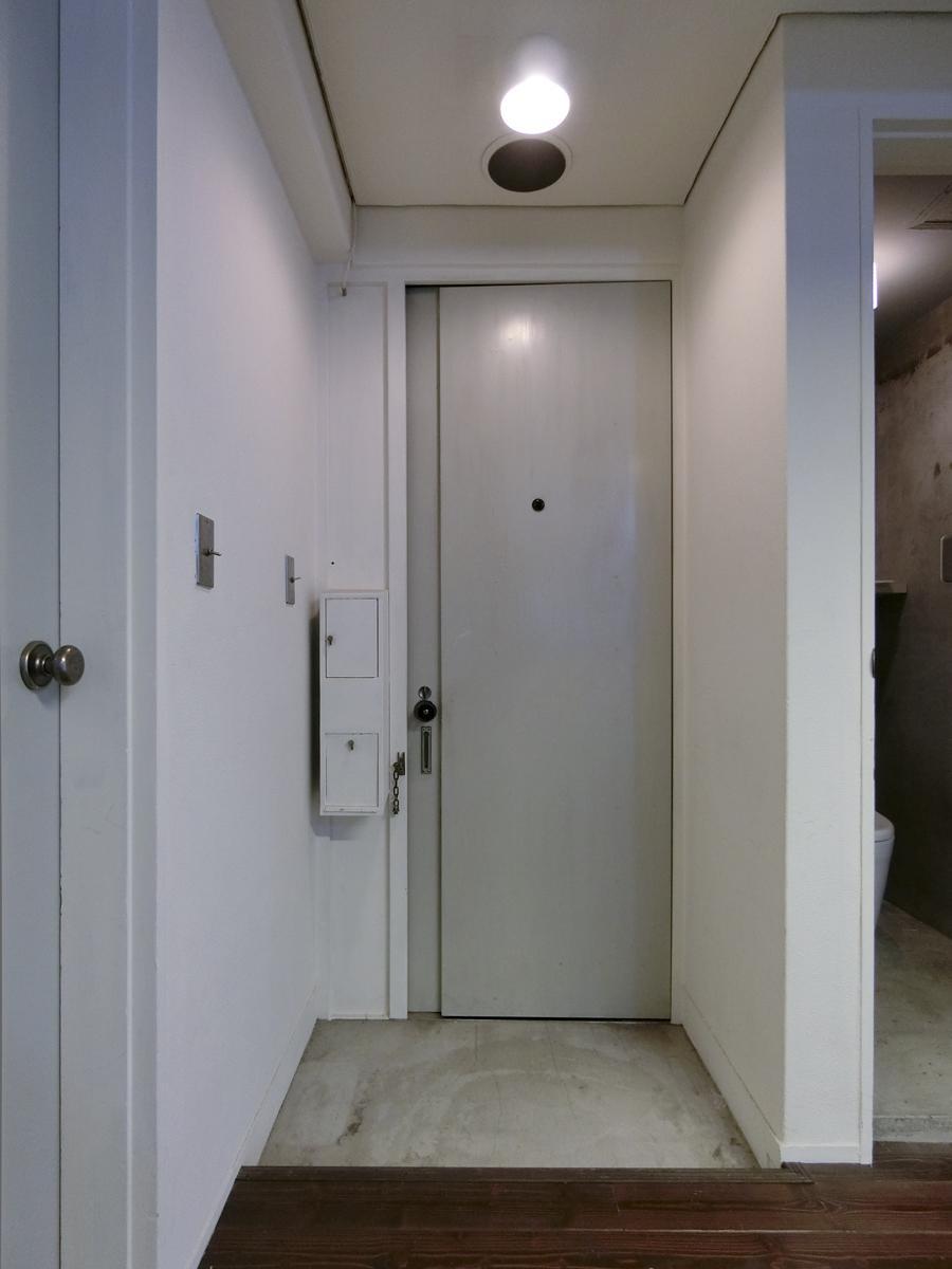 玄関扉も、細長くてあまり見ない形