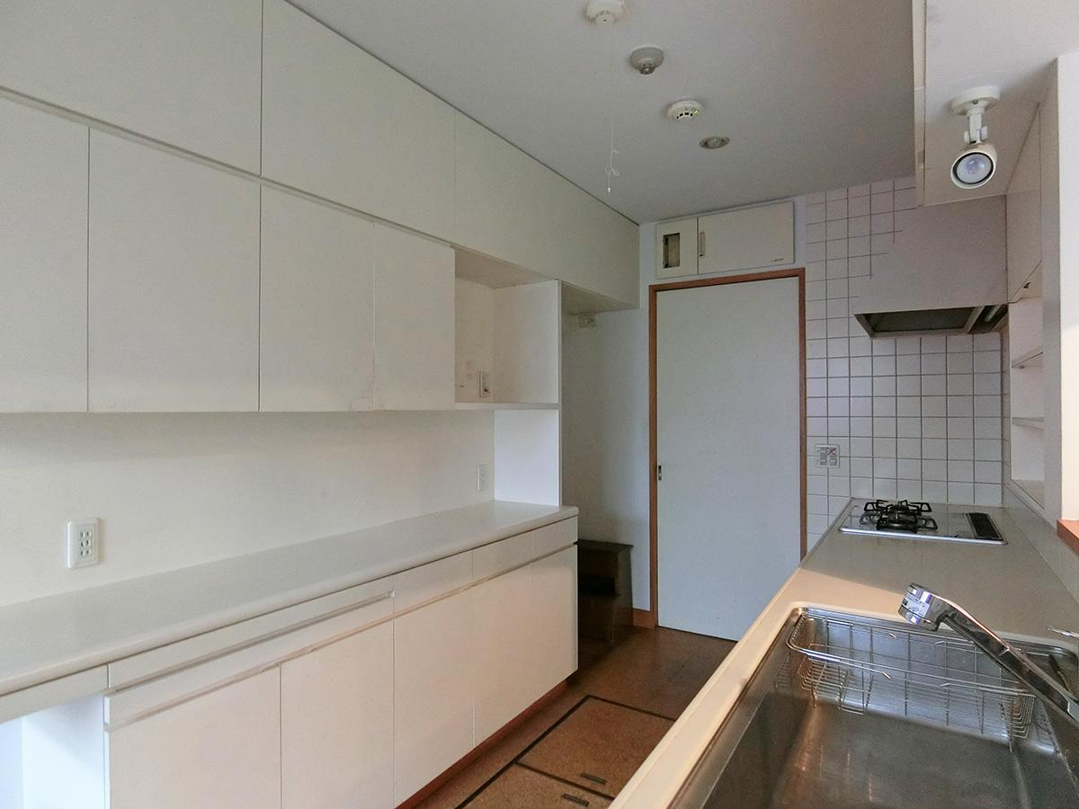 背面の収納にはキッチン家電も一通り置けそう。冷蔵庫置き場:横93cm×奥行き*52.4cm×高さ190cm (*引き戸の縦枠と干渉しない所までを計測)