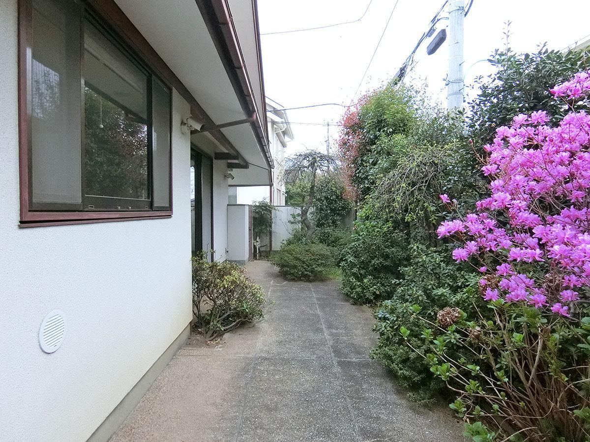 壁と緑で囲むことで敷地内にプライベート感を確保
