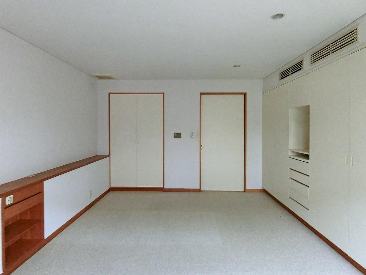 1階、10.5畳の洋室:庭側から室内方向